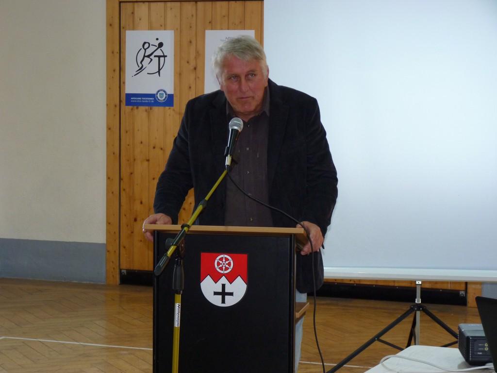 Der stellvertretende Bürgermeister Klaus Vierneisel spricht die Grußworte.