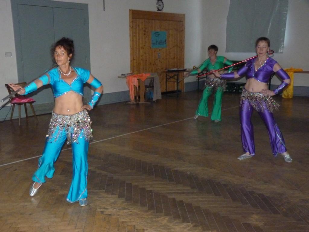 """Vorführung unserer orientalischen Tanzgruppe """"CoSaMa""""."""