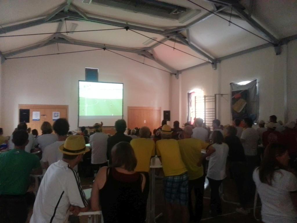 Public Viewing für einen guten Zweck: Ungefähr 140 Fans sahen die Partie Deutschland gegen Portugal am 16.06.2014 in unserer ETSV-Halle und bejubelten das 4:0 der deutschen Mannschaft.