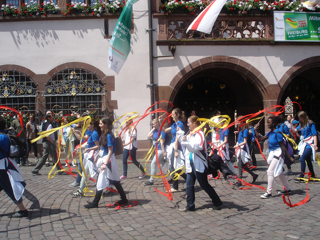 Frisch-Fromm-Fröhlich durch Freiburg. Die Gymnastinnen vom ETSV Lauda beim Festzug durch die Innenstadt von Freiburg.