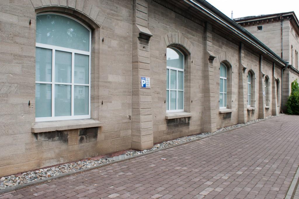 Außenansicht der ETSV Halle mit neu eingebauten Hallenfenstern am 20.07.2014.