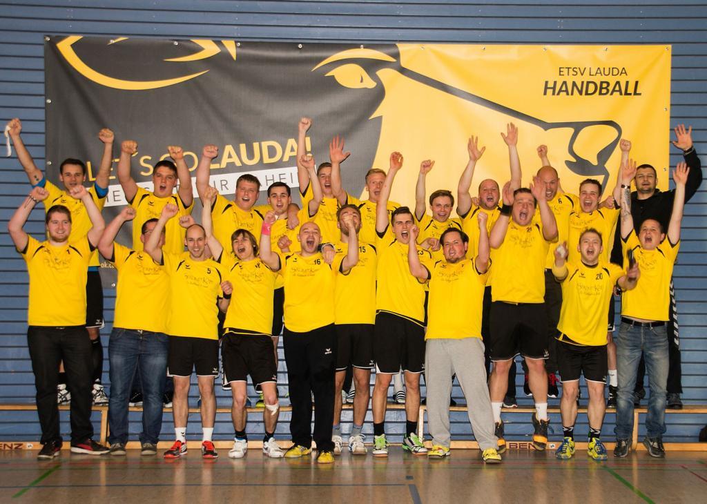 Ausgelassene Freude: Die 1. Herren-Mannschaft der Handball-Abteilung holt die Meisterschaft in der Kreisliga A in der Saison 2014/2015.