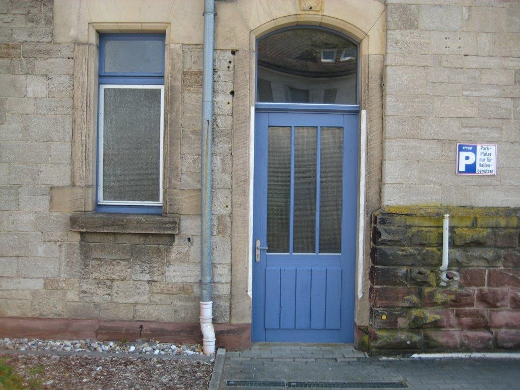 Tolle Außenoptik: Das Fenster und die Flurtür zum Vereinsheim erstrahlen dank der Arbeit von Ewald Gans jetzt auch in Blau.