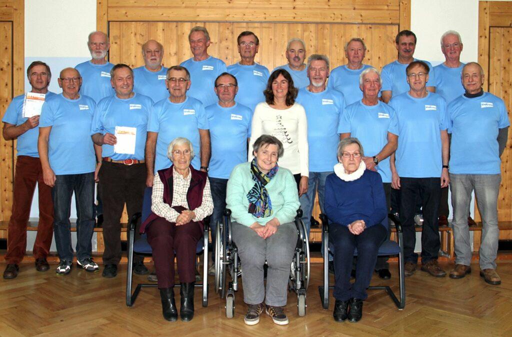 19 Jedermänner wurden mit dem Deutschen Sportabzeichen in Gold ausgezeichnet. Mit dabei die Vereinsvorsitzende Anni Miller (vorne Mitte), die Beauftragte im Sportkreis Jutta Hellmuth (rechts daneben) und Übungsleiter Wilfried Bickel (Zweiter von links).