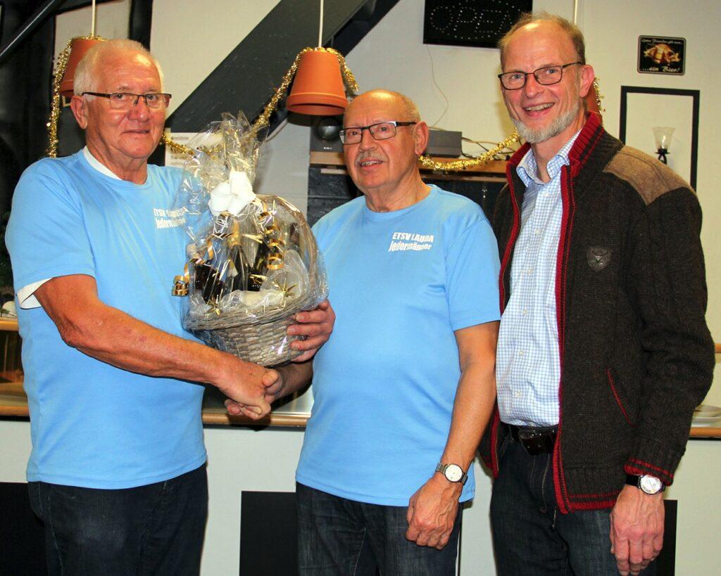 Nach 23 Jahren an der Spitze verabschiedeten die Jedermänner (von links) durch ihren Sprecher Rudolf Braun den bisherigen Übungsleiter Wilfried Bickel und hießen gleichzeitig dessen Nachfolger Lothar Weis willkommen.